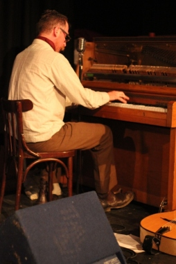 Leigh Delamere entertains at the piano, Cornwall wedding, Penzance